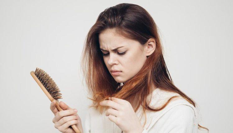 बाल झड़ने के कारण व उपाय जानकर आपको बाल झड़ने की समस्या में राहत मिल सकती है।